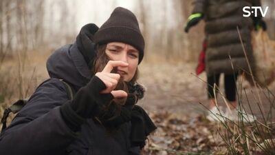 Māra Sleja māca Dagmārai Legantei-Celmiņai vākt atkritumus
