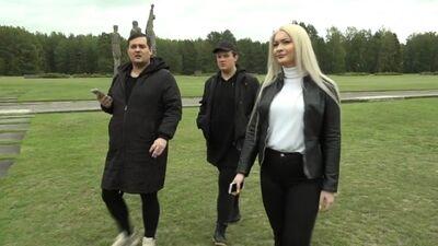 Amuna Davis ar draugiem izzin Latvijas skaudro vēsturi