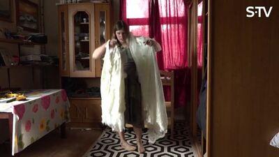 Magone mēģina ielīst savā kāzu kleitā