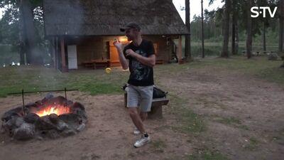 Magones vīrs Žanis dejo pie ugunskura