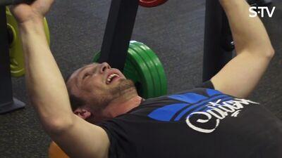 Kādu svaru sporta zālē vajadzētu pacelt vīrietim?