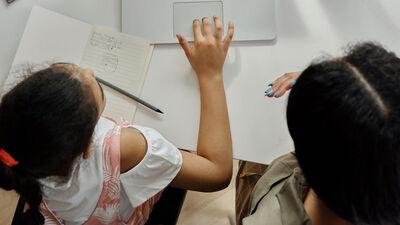 Džonsone: Tiem, kas palīdz bērniem mācīties, vajadzētu katru mēnesi izmaksāt 500 eiro