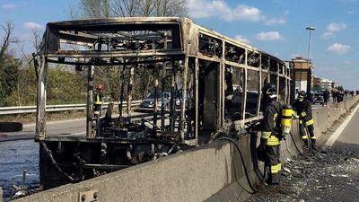 Vīrietis Itālijā nolaupa un aizdedzina autobusu ar 51 bērnu
