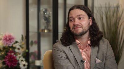 Komunikācijas speciālists Deniss Ševeļovs ar procedūru palīdzību atbrīvojas no dubultzoda